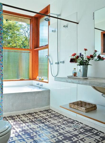 Móveis de Cimento Queimado no Banheiro  tijolosetecidos -> Banheiro Com Banheira De Cimento