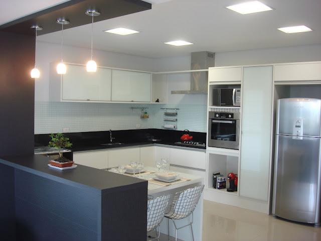 Cozinhas Brancas com Bancada Preta  tijolosetecidos # Bancada Para Cozinha Mercadolivre