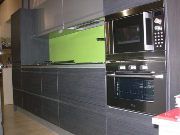 Muebles De Baño Gris Ceniza:Nesta cozinha foram usados móveis em madeira marrom escuro e alguns