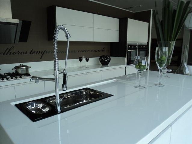 Bancadas Brancas na Cozinha – Quais pedrasmateriais usar?  tijolosetecidos # Bancada Cozinha Modular