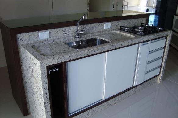 Bancadas Brancas na Cozinha – Quais pedrasmateriais usar?  tijolosetecid # Bancada De Cozinha Feita De Porta