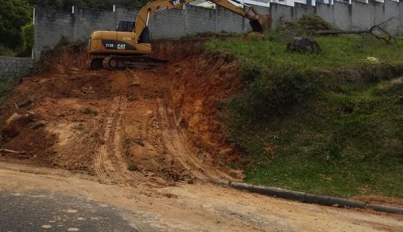 TeT_terreno_terraplanagem_3_durante_escavadeira
